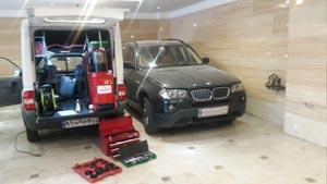 تعویض روغن خودروی بی ام دبلیو ایکس ۳ در پارکینگ